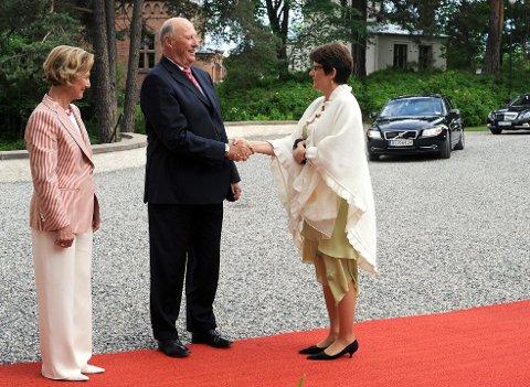 Kongelig møte: Kong Harald  og Dronning Sonja  tok imot Lisbeth Berg-Hansen  på  Oscarshall.