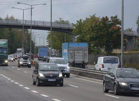 BUSS OG BIL: På E6 mellom Manglerud og Bryn (her ved avkjøringen til Brynsenteret) skal det jobbes med blant annet midtdeler og ny belysning fra natt til onsdag. Arkivfoto