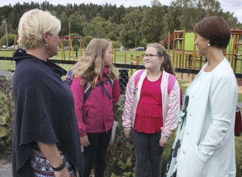 ELEVENE FORTALTE: Majken Højfeldt og Janni Amalie Lauritsen Færøy fortalte finansminister Siv Jensen og skolebyråd Tone Tellevik Dahl om hvordan skoleveiene er rundt Østensjø skole.