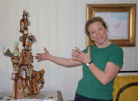 PEPPERKAKEMESTER OG KUNSTNER: Kaja Gjedebo  er til daglig smykkekunstner, men i desember hvert år skeier hun ut med et ellevilt pepperkakehus. Se det selv under årets julemarked. Klikk på pilene for å se konkurrentens  påbegynte pepperkakehus.