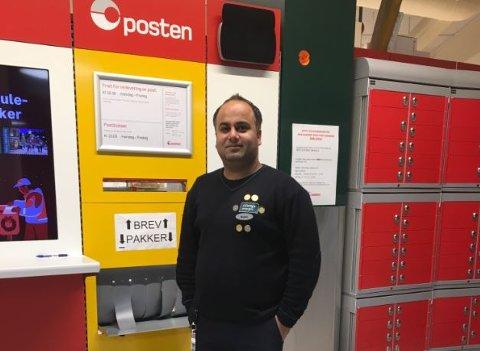 Assisterende butikksjef på Coop Mega Bøler, Mujahid Chugtai (33) sier de har hatt stor vekst på antall pakker i butikkene i år.