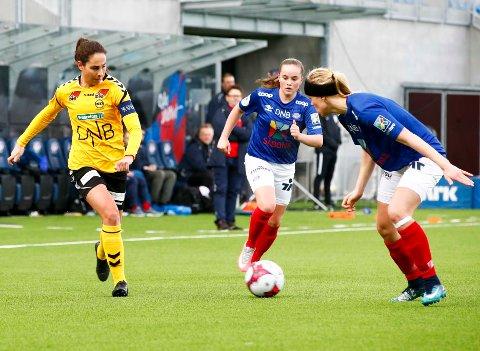 Ingrid Moe Wold t.v og Lillestrøm banket Sandviken 6-0 etter å ha slått Vålerenga 5-0 i seriepremieren for under ei uke siden.