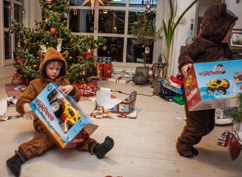GAVEPAPIR OVERALT: DEn fine julestua forvandles i løpet av en time til en avfallsplass - med mindre du sørger for å kaste julegavepapir og emballasje fortløpende