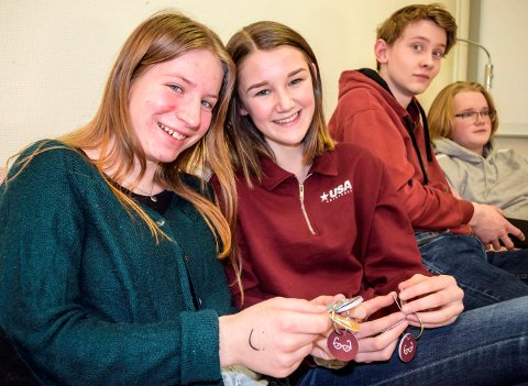 VERKTØY: Etter fyllført Flyt-deltakelse fikk Nina Askvig (t.v.), Anna Øiom Hagenborg og 20 andre 16-åringer i Søndre Land utdelt hvert sitt nøkkelknippe med verktøy for livsmestring.