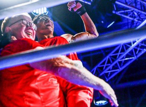 JUBEL I RINGEN: Sayed Kazemi og trener Erik Dahlén var storfornøyde etter seieren mot den polske mesteren på Jessheim i september.