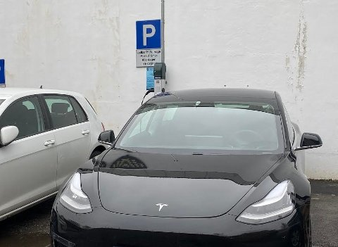 Det er ikke bare Tesla-biler som bruker laderen. Da ØB var og tok bilde, sto en e-Golf til lading.
