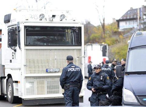 DEMONSTRASJON: Politiet sterkt til stede under demonstrasjonen ved den tyrkiske ambassaden lørdag.