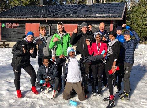Flyktningeungdommer i Oppegård og arrangører av skidagen i skjønn forening ved Stallerudhytta.  - Dette må vi gjøre på nytt, var alle enige om.