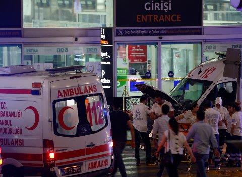 DRAMATISK: Ambulanser ved flyplassen i Istanbul i Tyrkia. Minst 36 personer er drept.