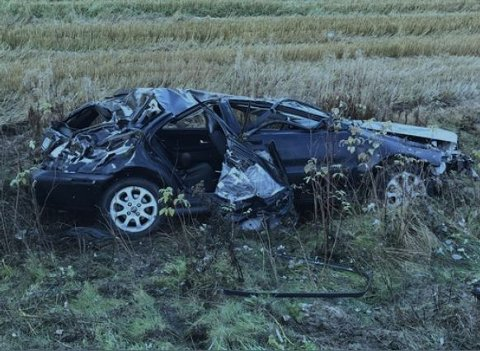 VOLDSOMMER RUNDKAST: Ulykkesbilen etter ulykken på Øgle-Vikenveien i Åmot var totalvrak. Totalt satt sju ungdommer i bilen da den dundret av vegen - to av dem lå i bagasjerommet.