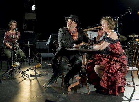 TØFFE TAK: Mannen i Morgan Kanes alter ego (Frank Havrøy) forsøker å sjekke opp saloon-piken (Nora Hannisdal). I bakgrunnen sitter Elisabeth Maria Lòpez Wulfsberg.
