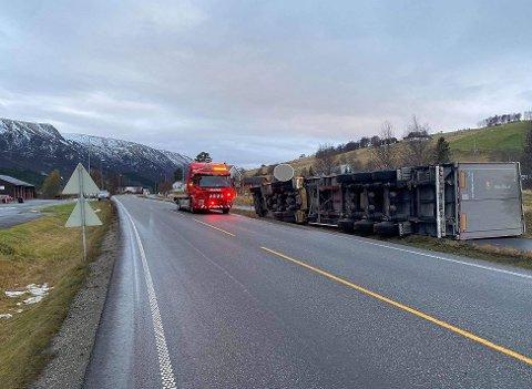 VELTET: En semitrailer veltet på riksveg 3 ved Kvikne torsdag morgen.