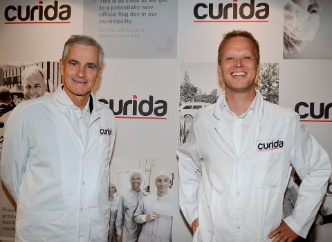 VIL SATSE: Ap-leder Jonas Gahr Støre (t.v.) mener Norge må ha en beredskapsproduksjon av viktige legemidler, noe som daglig leder Leif Rune Skymoen på Curida setter stor pris på å høre.