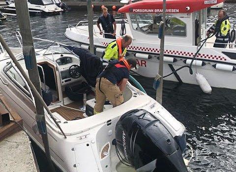 Brannmannskapene i full gang med redningsaksjonen av fritidsbåten.