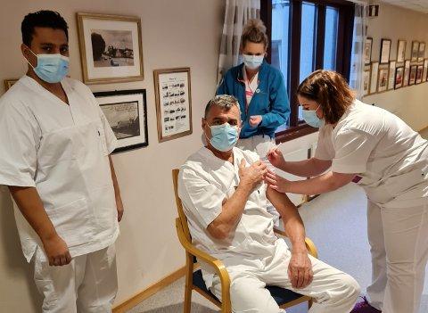 VAKSINERER HELSEPERSONELL: Flere ansatte i helsetjenesten har allerede fått vaksinen. Denne uken fikk Rakkestad kommune 100 doser med AstraZeneca, noe som fikk fortgang på vaksineringen av helsepersonell.