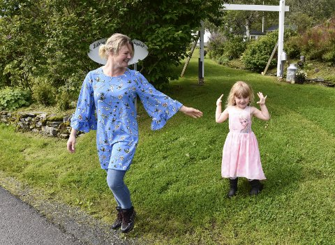 1 Familiens eie: Elin Martine Fagervik flyttet sammen med familien til Hugla og Litlehaug gård i fjor. Her sammen med datteren Julie. 2 Gårdsbutikken er innredet i det som tidligere var en stall. Både Julie, Jenny og Elin trives godt i krambua. 3 Naustet er et eventyr for interiørinteresserte. Taket er pyntet med båt. 4 Elin lager salver, te, kryddersalt, marmelader og mye annet som kan puttes på boks. 5 Ved veien på Hugla står selvbetjeningsboden som er en gave fra Elins far, 6 Hagen er rikholdig og stor.Foto: Beate Nygård Johansson