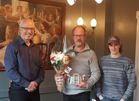 Odd Arne Olsen fra Sjona har levert elitemelk i 15 år på rad og fikk hedersutmerkelse for det. Her er han sammen med leder i Polarsirkelen produsentlag Geir Håkon Pettersen (t.v.) og Adrian Johan Olsen.