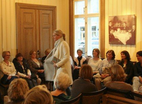 Fullt på Fengselet for vårmoter. Her viser Astrid Elisabeth Kihle vårlige klær.