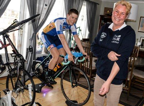 Bretter opp ermene: Tone Elisabeth Midtsveen bretter opp ermene. Nå skal det jobbes for norsk sykkelsports framtid. Bak tar sønnen Sondre seg en treningstur i stua hjemme på Jevnaker.