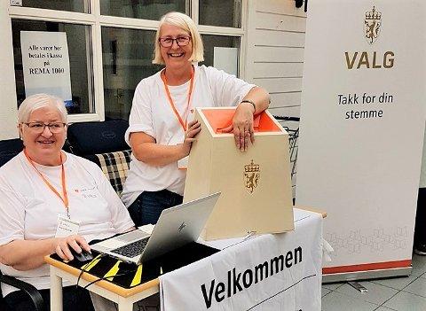STEMME: Nå kan du stemme samtidig som du handler på Vik torg. Inger Johanne Andresen og Kari Syversen har tatt imot mange stemmer allerede.