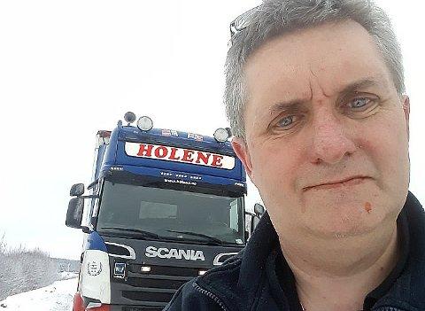 MYE ARBEID: – Det tar tid å restaurere en bil helt fra bånn, sier Tore Johnny Sognelien.