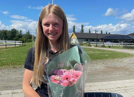 GRATULERT: Hønefoss og Ringerike Rideklubb hedret sin lovende sprangutøver med fortjent blomster og kake etter innsatsen i Finland.