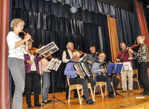 Spilte opp: Kristin Fæhn spiller fløyte i Eiker Spillemannslag, som tirsdag gjestet Atrå.