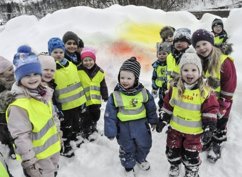 Kunst til Torgs: Barna i Øverland barnehage fikk utfolde seg fritt på Torget tirsdag, og sånt blir det fargerik kunst av.