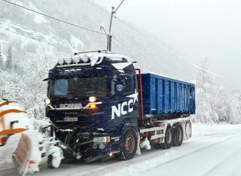 Maskiner og mannskap fra NCC og alle underleverandørene  har fått kjørt seg det siste døgnet.. Mengder med snø  skal holdes unna 275 kilometer med vei. Bilde tatt torsdag formiddag. (foto Torfinn Skåttet)
