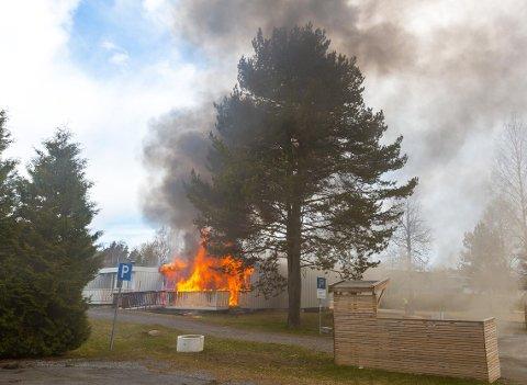 FULL FYR: Romerike 110-sentral meldte at det var full overtenning da de ankom brannen.