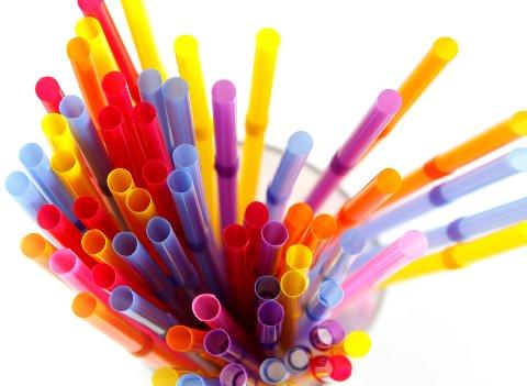 VIL HA FORBUD: EU-kommisjonen går inn for forbud mot q-tips, sugerør, bestikk og tallerkener av plast.