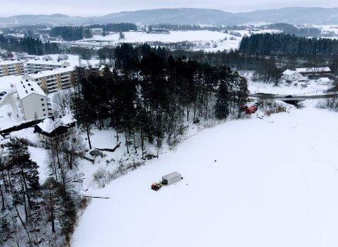 SØK: Dykkere fra Oslo brann- og redningsetat skal de neste dagene søke i Langvannet nedenfor ekteparet Hagens bolig.