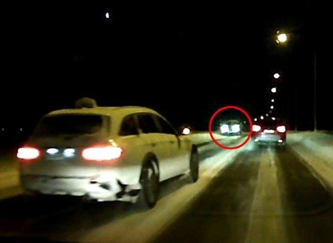 NÆRE PÅ: Drosjesjåføren gjennomfører en forbikjøring. I mot kommer det en bil rett i mot. Se den dramatiske videoen litt lenger ned i saken. FOTO: PRIVAT