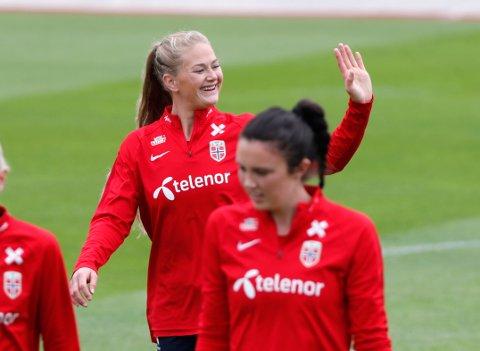 Lisa-Marie Utland har vært nærmest å pådra seg karantene av Norges spillere i fotball-VM. Ingrid Syrstad Engen (i forgrunnen) risikerer i likhet med Utland og to andre å miste en eventuell semifinale om hun får gult kort torsdag. Foto: Terje Bendiksby / NTB scanpix