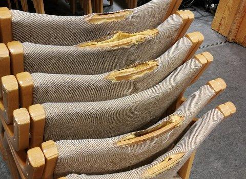 Nesten alle stolene i storsalen i kommunehuset trenger en ansiktsløftning.