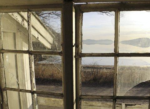 SYMBOL: Skipperstua ligger idyllisk til rett på badestranda i Hyggen og regnes av noen som et symbol på det gamle Hyggen. – Den ligger altså ikke uveisomt til, slik så mange andre kulturminner gjør, påpeker Amund Kjellstad i Røyken Historielag.