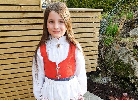 KLAR FOR 17. MAI: Linnea Isabel Nesteby har tatt frem finstasen og er klar for å være blomsterbarn 17. mai.