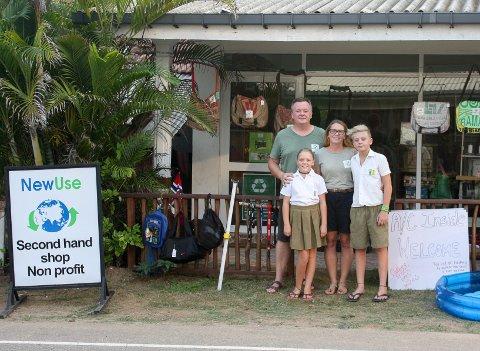 FORAN BUTIKKEN: Familien fra Sandefjord har brukt det siste året til å bygge opp en hjelpeorganisasjon på Sri Lanka, der denne gjenbruksbutikken er sentral. Pappa Jørn, mamma Charlotte, Isak (12) og Eva (10) har opplevd mye i løpet av de siste året.