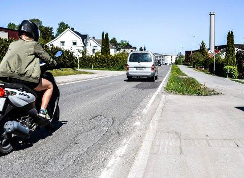 SKAL ASFALTERES: Krokemoveien er fylkesvei. I sommer skal en 1.245 meter lang strekning fra Sandefjord videregående skole (i bakgrunnen) og til Hekkeløpveien få ny asfalt.