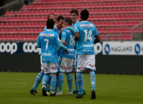 DRØMMEMÅL: Spillerne stormer til Bjørnar Holmvik for å gratulere med scoringen