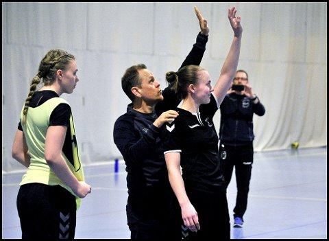 FÅR HJELP: Thale Anette Gunnarstorp får hjelp av landslagstrener Thorir Hergeirsson, mens Johanne Jelsness Jensen følger nøye med.