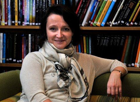 ØKER: Teamleder bibliotek, enhet kultur, Anette Kure er fornøyd med at fler og fler besøker biblioteket.