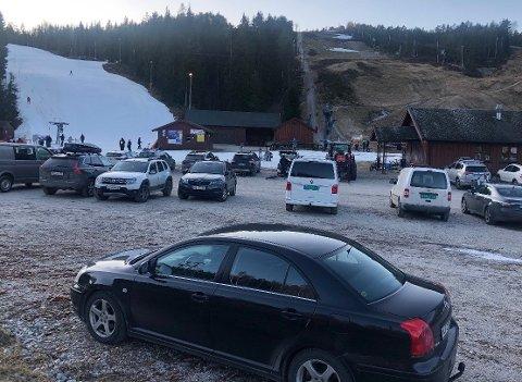 SYKKEL OG SKI: Det milde været fører til at Kjerringåsen sliter med å snølegge hovedbakken i alpinanlegget. Leif Skaar vet imidlertid råd, og denne helgen har derfor både alpinister og syklister benyttet seg av tilbudet i Kjerringåsen.