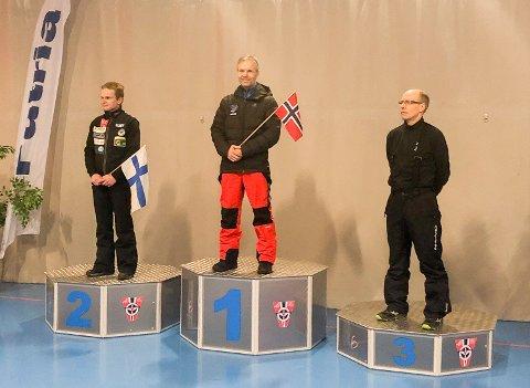 STOLT ØYEBLIKK: Ole Andreas Skatvedt fra Trøgstad gikk til topps i K105-bakken i veteran-VM i hopp. Her sammen med finnene Pasi Huttunen og Seppo Kinnunen.