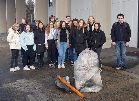 Tiendeklassinger plukket søppel utenfor Askim ungdomsskole. De ble sjokkert over hvor mye avfall fant.