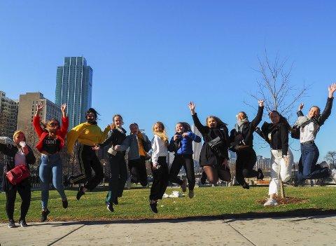 HOPPENDE GLADE: Her hopper ungdommene foran noen av skyskraperne i Chicago.