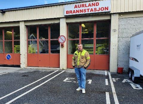 KAMERAT OG KOLLEGA: - Det er tøft. Dette er annleis enn andre redningsaksjonar. Det er mange kjensler i bilete og me kjenner han alle godt, seier Reinhardt Sørensen, tenesteleiar på teknisk og brannsjef i Aurland kommune.