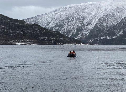 LEITEAKSJON: Sidan tidleg laurdag har leitemannskap søkt etter ei sakna kvinne, blant anna her i fjordbassenget i Sogndal. Søndag vart kvinna funnen.