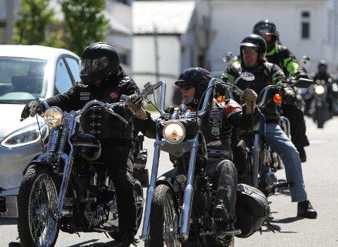 HARLEY: Ettermiddagsrush med motorsyklar i Torggata på veg mot Torget.