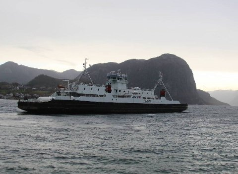 Høgsfjord-sambandet mellom Oanes og Lauvvik er fortsatt den lokale storebroren. Over 402.000 biler er fraktet over Høgsfjorden til nå i år. (Arkivfoto)